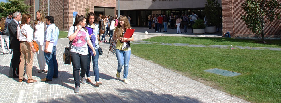 Students on the Francisco de Vitoria University campus. Pozuelo de Alarcón (Madrid)