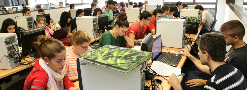 Students working with computers at the Autónoma University in Barcelona  © Jordi Pareto